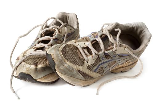 zużyte buty biegowe