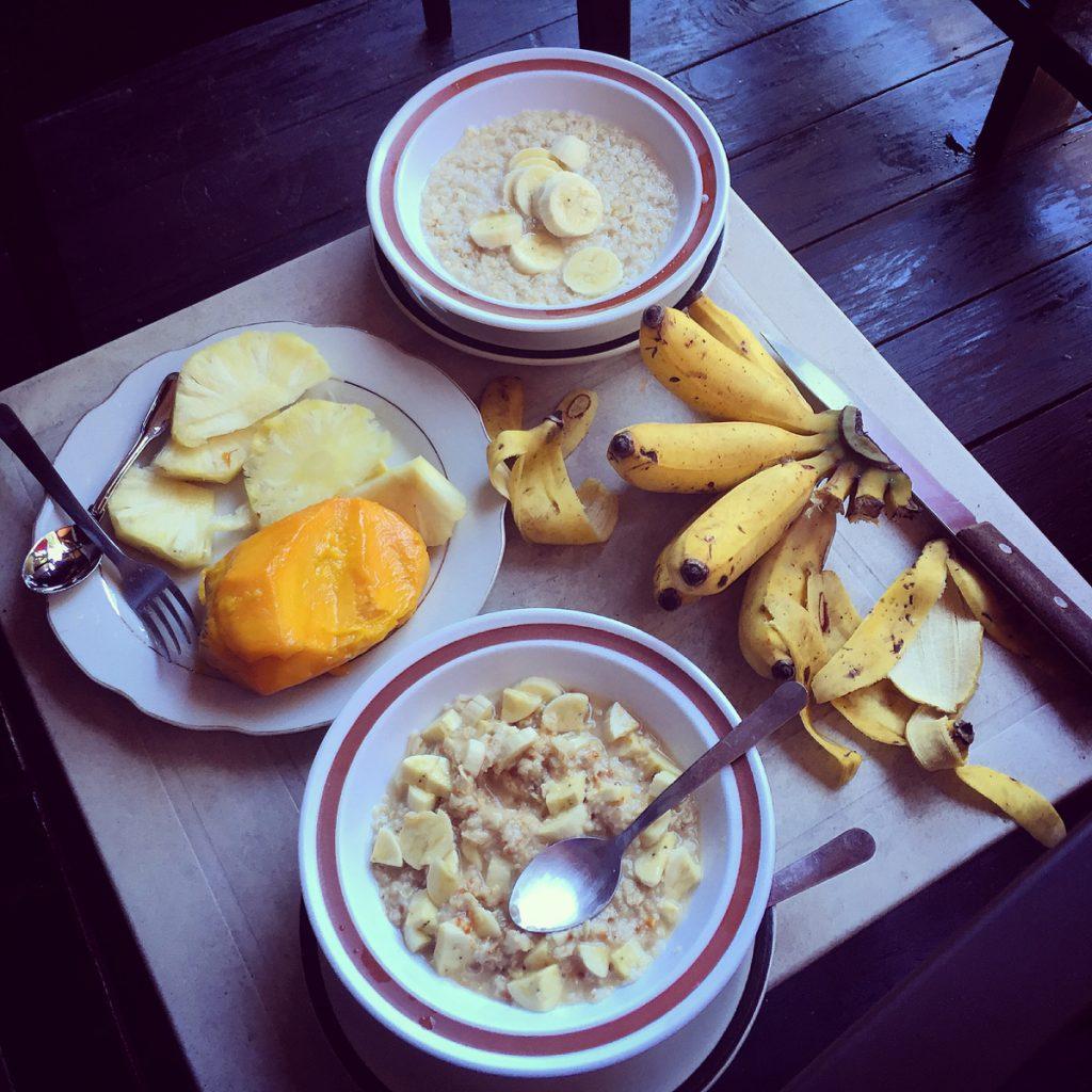 Nasze pierwsze śniadanie, self made. Mango, ananas, banany i owsianka.