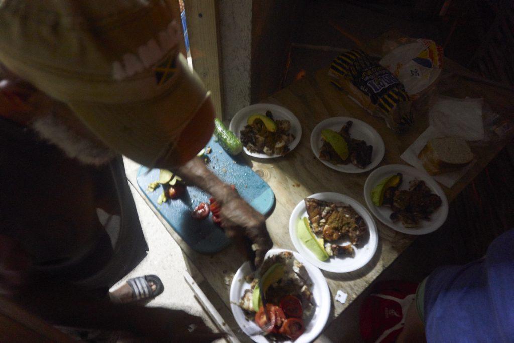 Powyżej owoce od Juniora, a tutaj robi nam podobno najlepszego kurczaka na południu Jamajki. Dobry był, ale w Smurfie mają lepsze! ;)